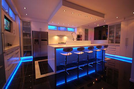 Cocina moderna con luces led azules