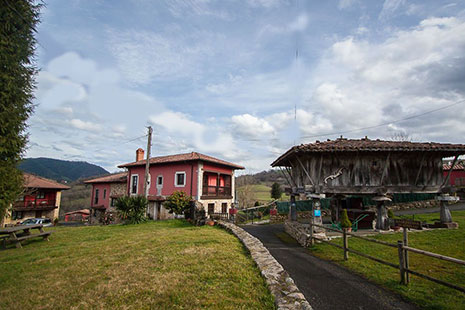 Hórreo y casas de La Quintana de Romillo en Asturias