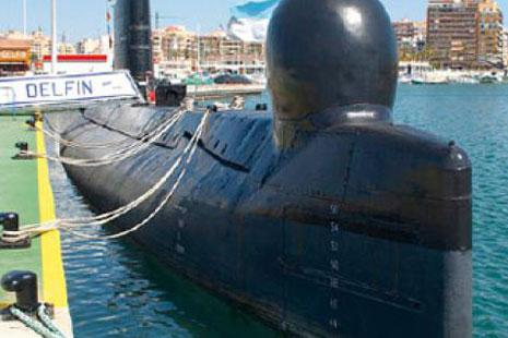 Submarino S-61 Delfín atracado en el muelle