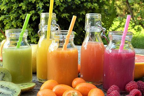 Botellas transparentes con pajitas y llenas de diferentes colores como verde o amarillo
