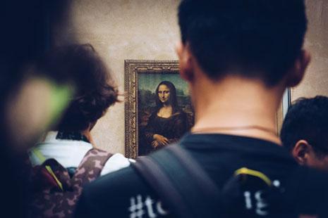 Personas frente al cuadro de La Gioconda, en el Museo de Louvre, París