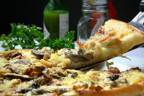 Primer plano de una pizza de queso