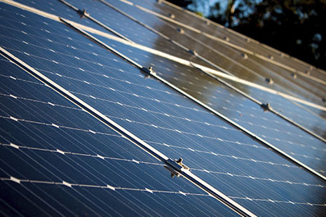 Estructura de varios paneles solares unidos entre sí por guías metálicas