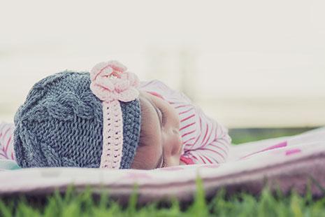 Bebé con gorro de lana durmiendo