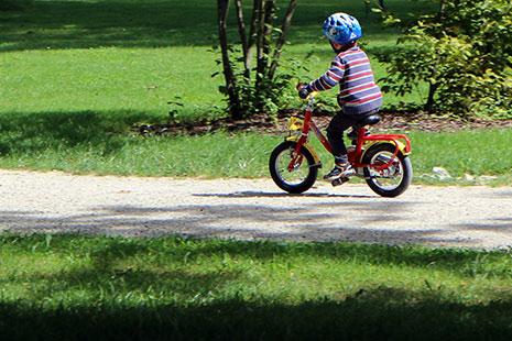 Juguetes de exterior para niños en verano - Bicicletas, patines, patinetes ...