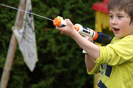 Juguetes de exterior para niños en verano - Pistolas de agua, Globos de agua ...