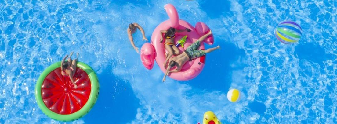 Chica joven sentada en un flotador flamenco