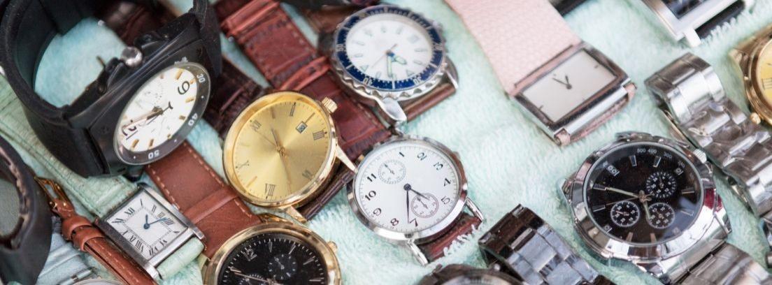Relojes colgados de una pared de ladrillo