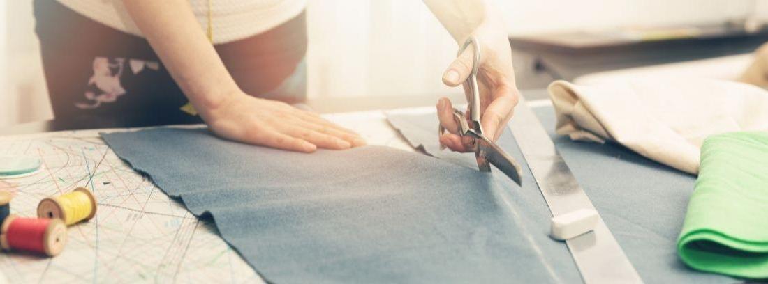 tijeras cortando tela
