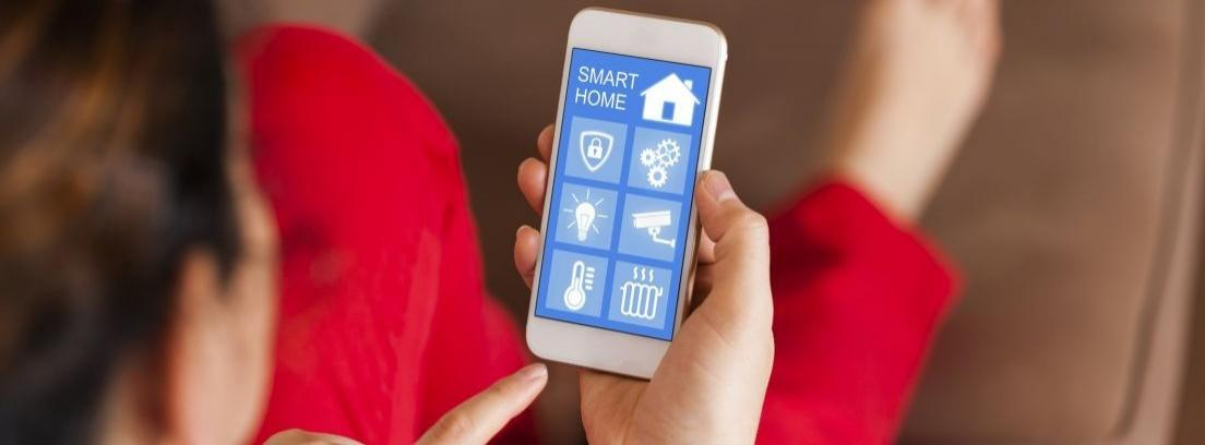 Smartphone con diversas aplicaciones del hogar