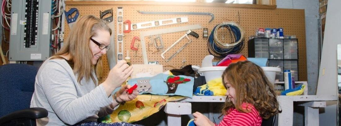 vista cenital de tres personas trabajando con herramientas de bricolaje sobre una madera