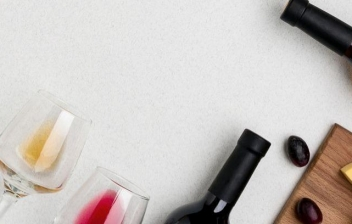 Plano cenital de una botella de vino