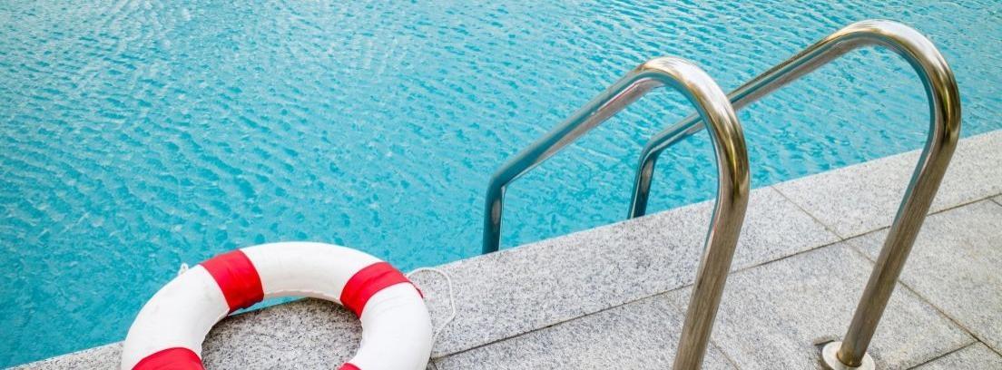 Escalera, flotador y piscina