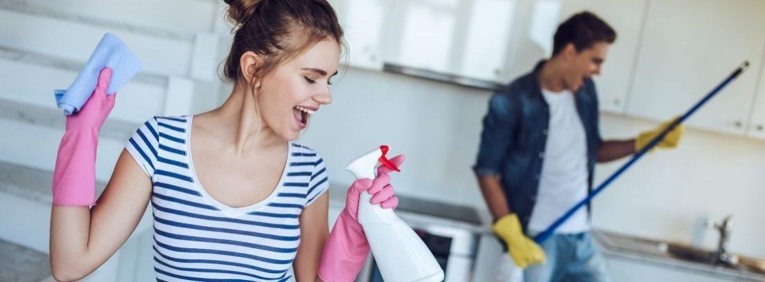 mujer con guantes de limpieza
