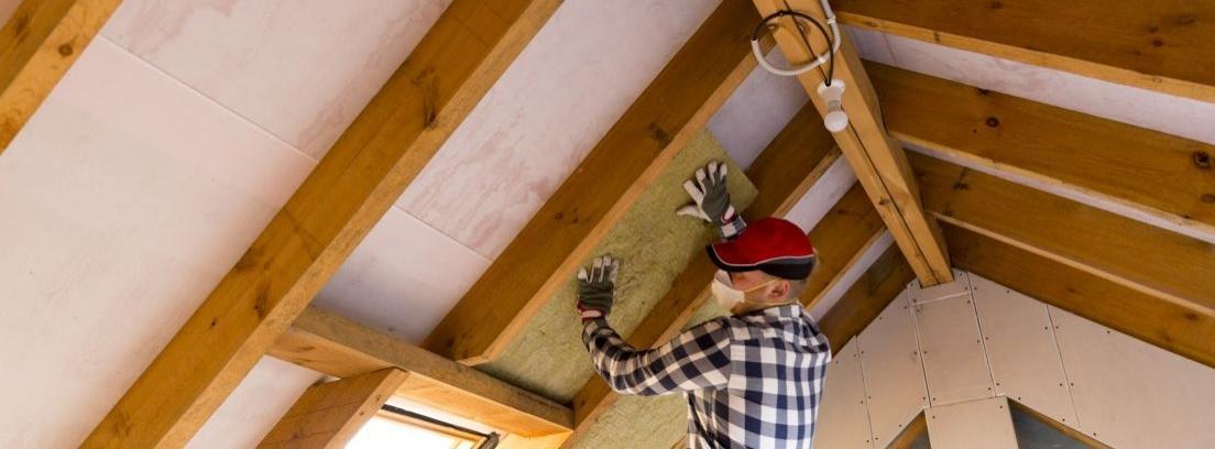 Hombre colocando un aislante en un techo