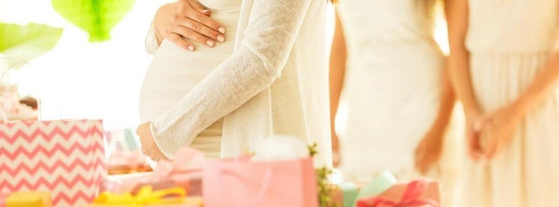 mujer embarazada y globos
