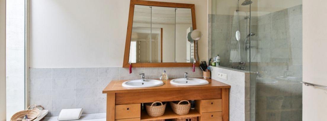 Cambia el aspecto de los muebles del baño con papel pintado