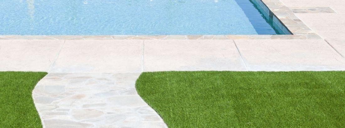 Césped artificial en el jardín de una zona residencial
