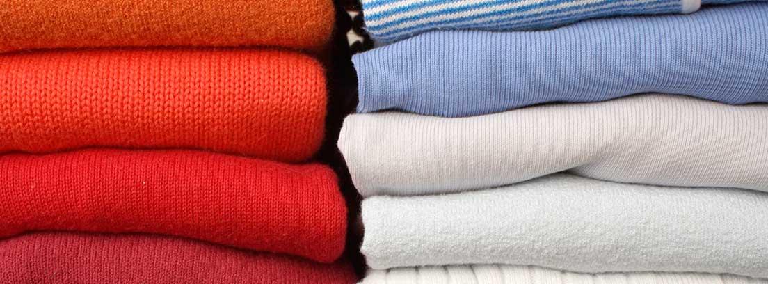 Dos columnas de jerséis de colores doblados