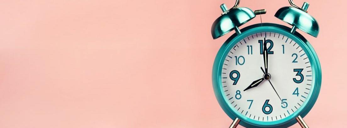 Reloj despertador colocado sobre una madera