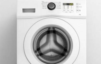Trabajador arreglando una lavadora