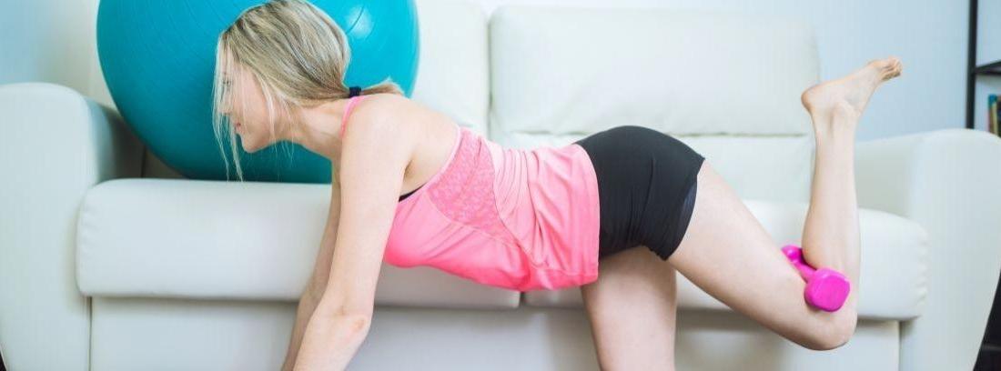 Una mujer hace flexiones sobre una esterilla