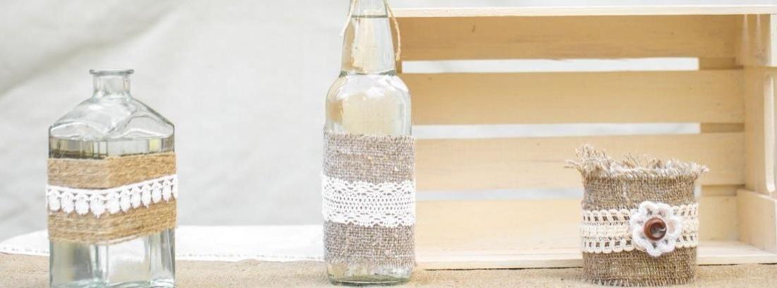 Cómo colocar una puntilla sobre un frasco de vidrio