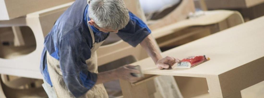 Un hombre preparado para enderezar la madera