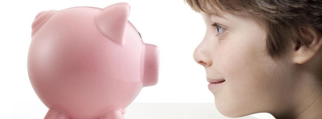 Hucha de cerdo rosa y niña con monedas