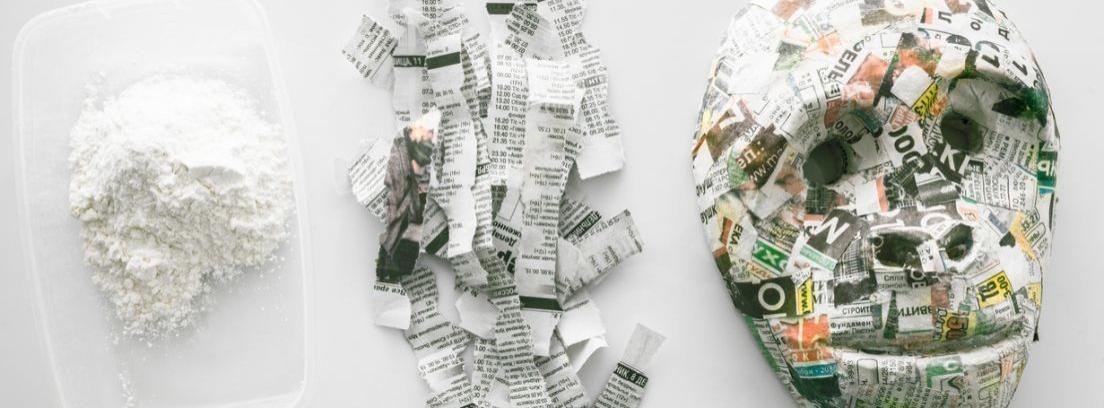 Varias figuras hechas con papel de periódico