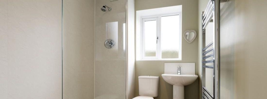 C mo limpiar la mampara del ba o canalhogar - Como limpiar azulejos del bano ...