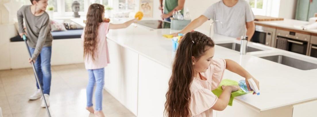 mujer y niña limpiando