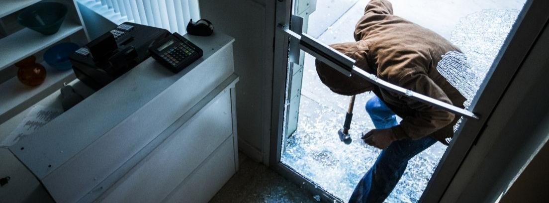 Una persona fuerza una puerta