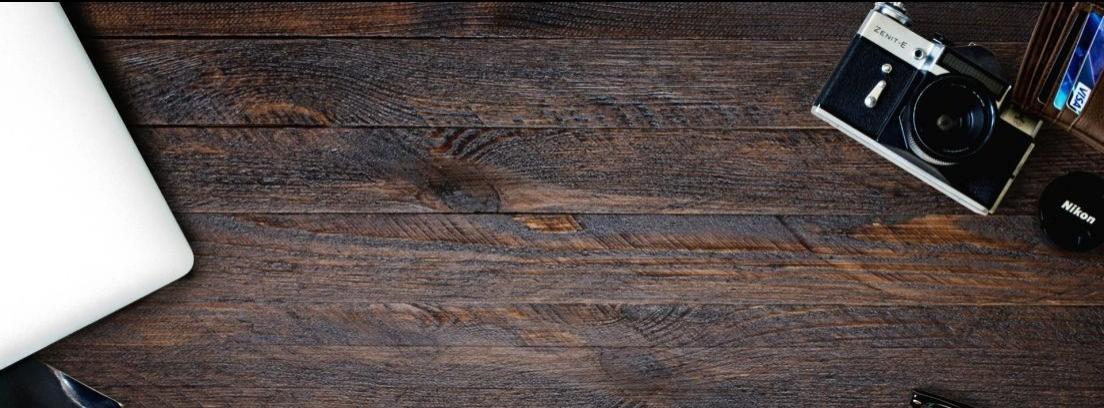 Primer plano de una mesa de madera rústica y