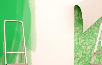 Mujer forrando una pared con papel decorativo
