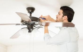 Hombre colocando un ventilador en el techo