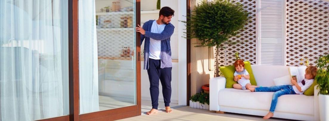 Hombre mirando cómo arreglar una puerta corrediza