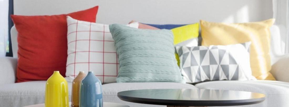 Cojines de diferentes cojines sobre un sofá