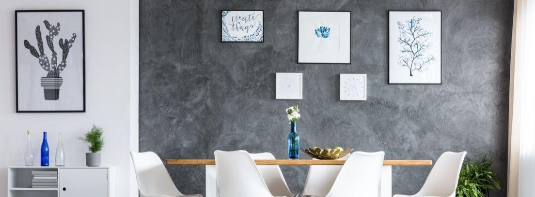 Habitación blanca con sofá y dos cuadros abstractos de color verde