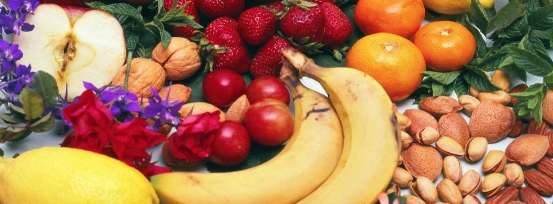 Manzanas, uvas, naranjas y plátanos