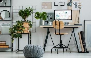 Oficina decorada en tonos grises y verdes