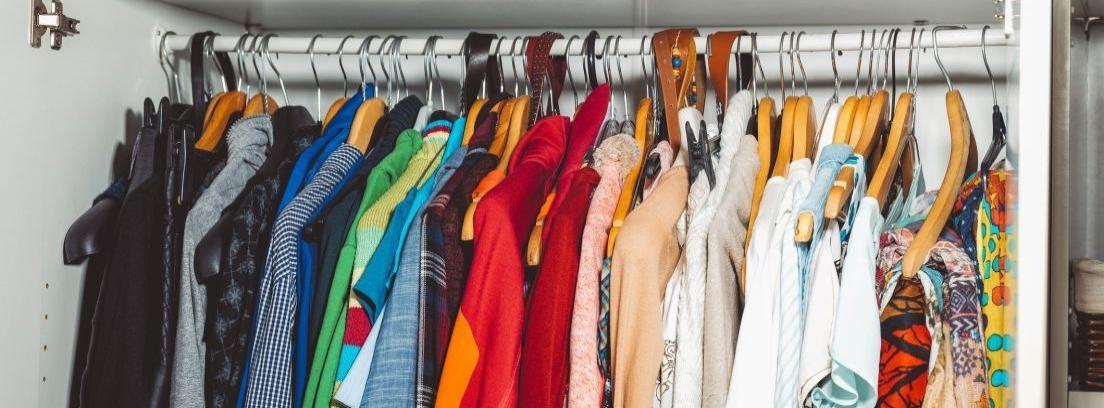 mujer en armario