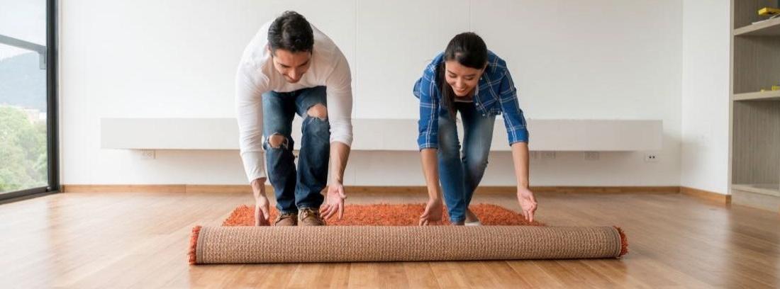 Cordel rústico sobre alfombra en tonos azules