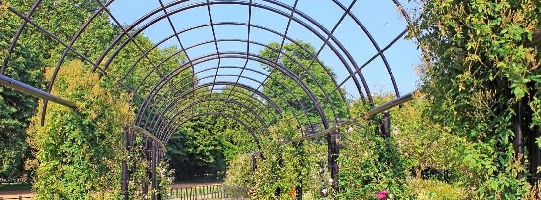 jardín con pérgolas