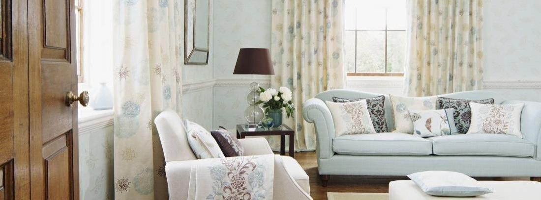 Habitación decorada con tela y cabecero capitoné