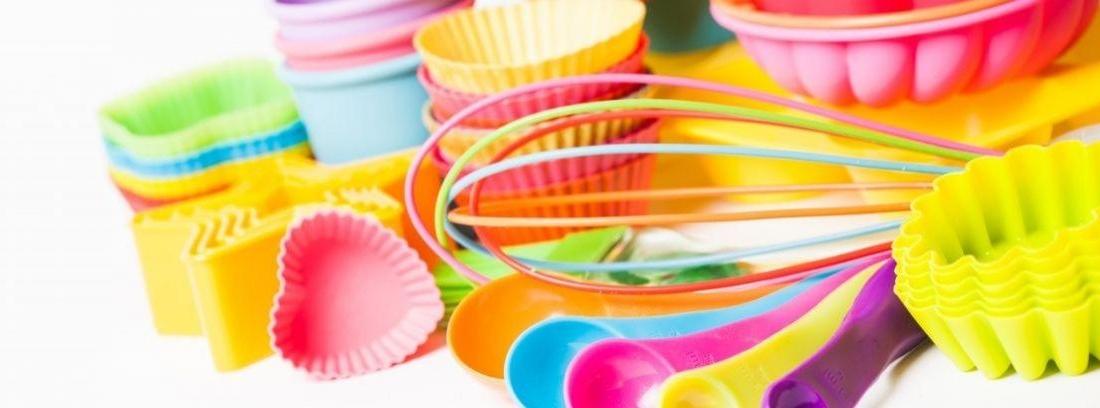 Moldes de silicona de diferentes colores encima de una mesa
