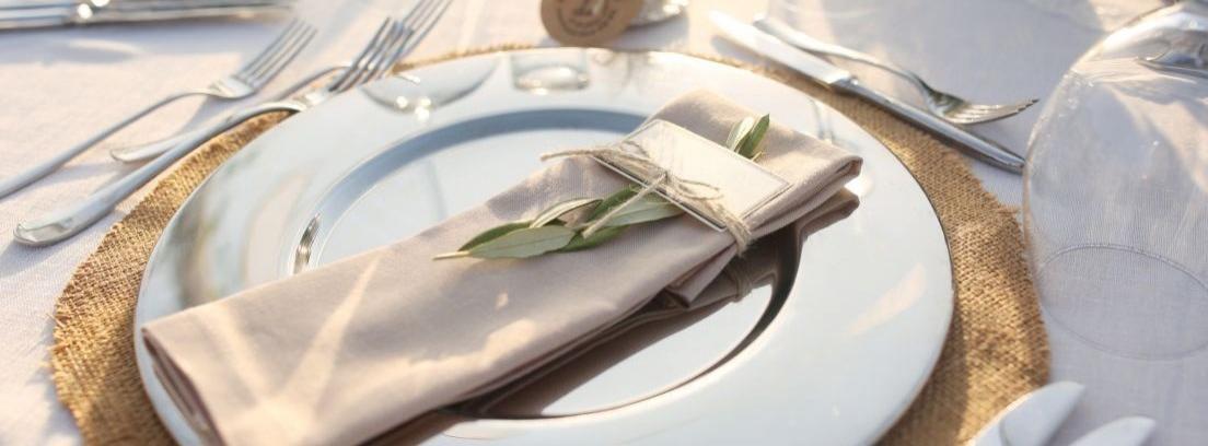 Un buen servicio de mesa y cubiertos bien colocados