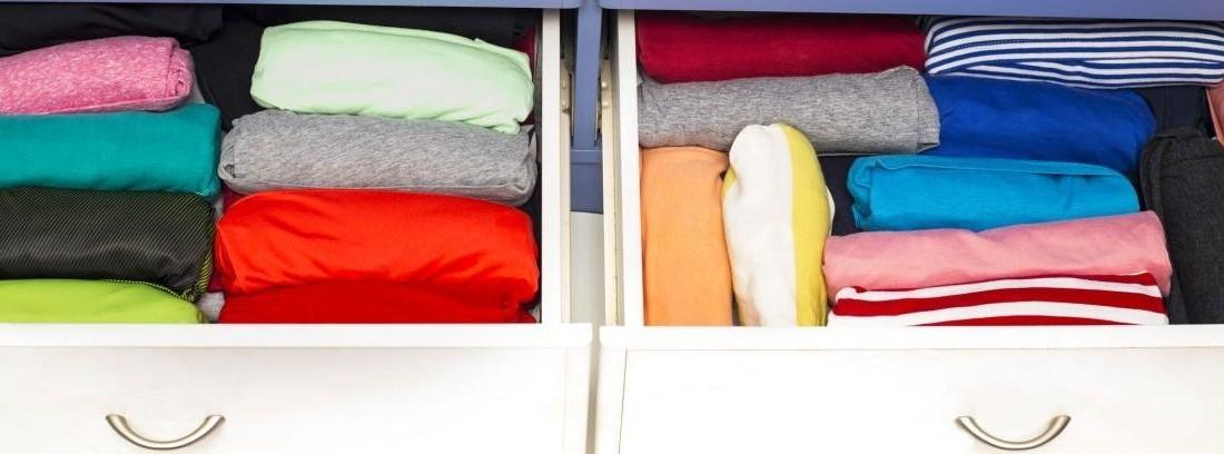 mujer guarda ropa en un armario