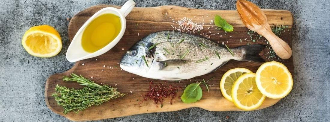 Pescado sobre un plato y una sartén