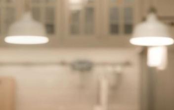 Cocina con muebles blancos y grises con mucha luz